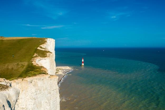 英語チャンネルの灯台七姉妹の崖 Premium写真