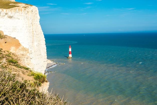 イギリスの水路の灯台。イギリスの晴れた夏の日 Premium写真