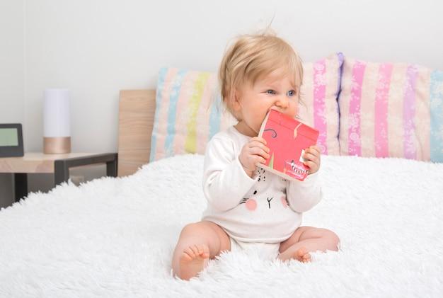 本寝室でかわいい赤ちゃん女の子。 Premium写真