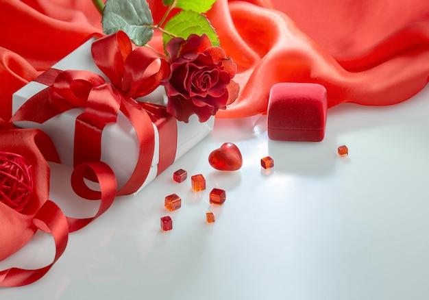 バレンタインの日の心、バラの花束、白のギフトボックス Premium写真