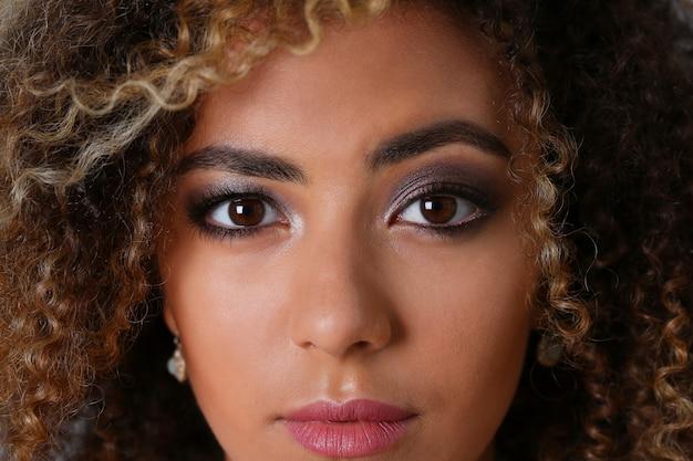 Красивая черная женщина с большим лицом портрет Premium Фотографии