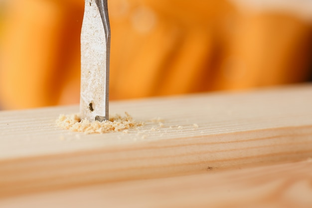 Плоское сверло сделать отверстие в деревянной планке крупным планом Premium Фотографии