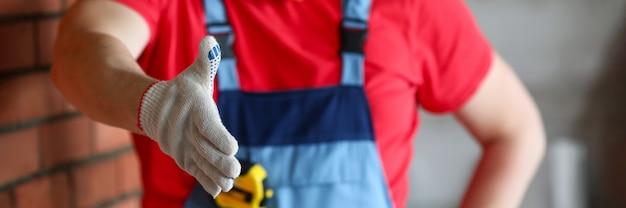 手袋とベストのハンドシェイクのクローズアップの男 Premium写真