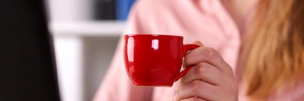 オフィスでお茶を飲む女性 Premium写真