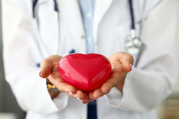 女性の心肺機能を持つ赤いおもちゃの心 Premium写真