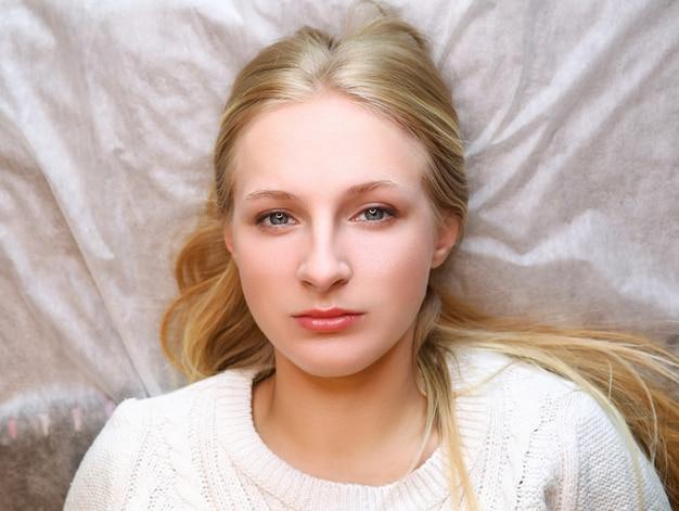 Девушка ждет брови постоянная процедура Premium Фотографии