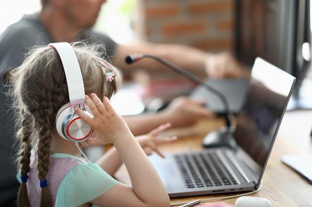Отец с дочерью сочиняют песню в домашней музыкальной студии Premium Фотографии