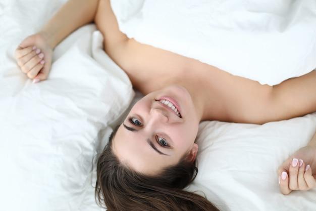 Женщина красотки кровати Premium Фотографии