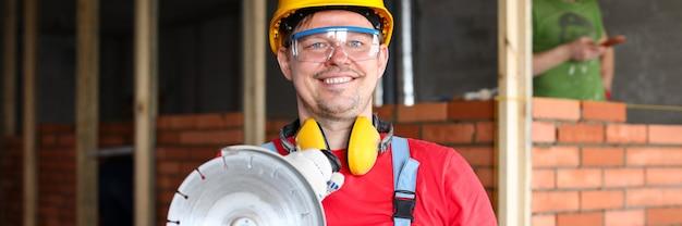 Мужчина держит строительный инструмент Premium Фотографии
