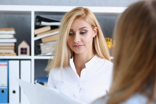 Красивый женский портрет на рабочем месте Premium Фотографии