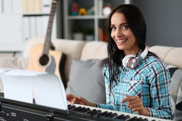 背景にピアノを弾く美人 Premium写真