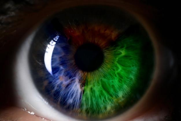 赤い緑青い人間の目を背景を閉じる Premium写真