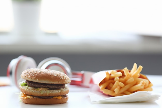 Гамбургер и картофель фри с наушниками Premium Фотографии