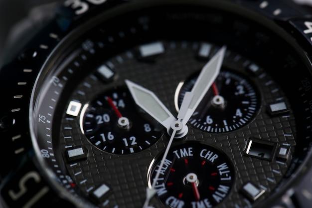 Модные современные наручные деловые часы Premium Фотографии
