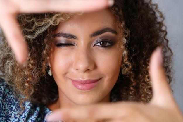 美しい黒人女性の肖像画。彼女は手を置いた Premium写真