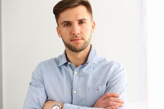 Стильный серьезный мужчина Premium Фотографии