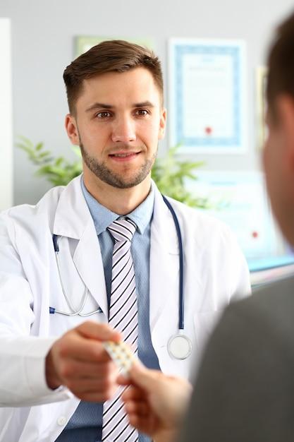 病人にパスティーユを与えるドクター Premium写真