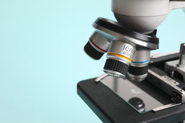 現代の青色の背景に化学顕微鏡 Premium写真