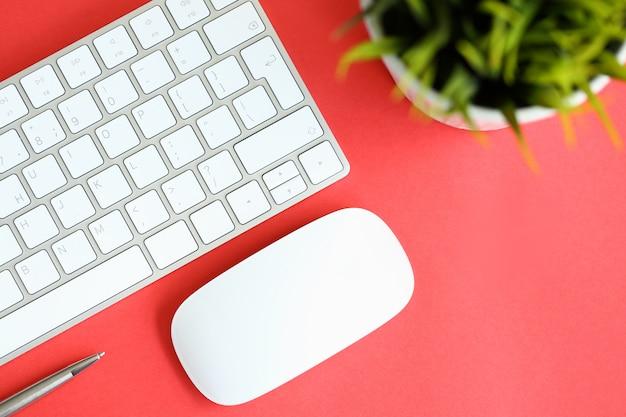 Белая клавиатура с компьютерной мышью и серебром Premium Фотографии