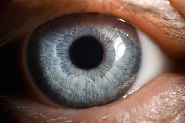 Голубой глаз мужчина человека супер макро крупным планом Premium Фотографии