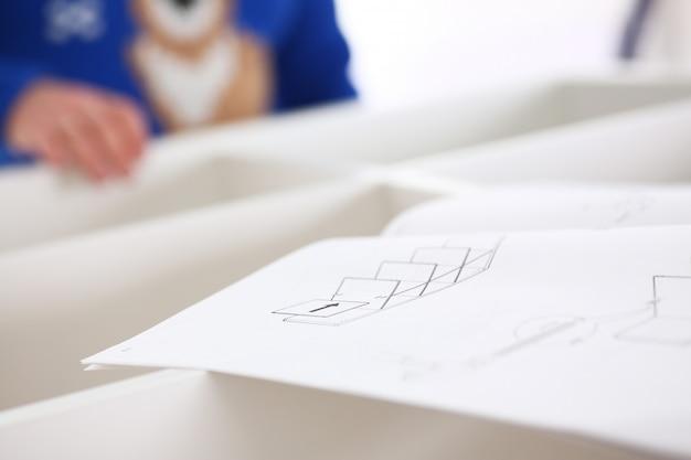Мужской руки сборка мебели крупным планом Premium Фотографии