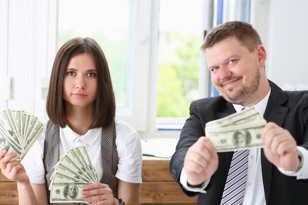 Мужчина и женщина наслаждаются легкими деньгами Premium Фотографии