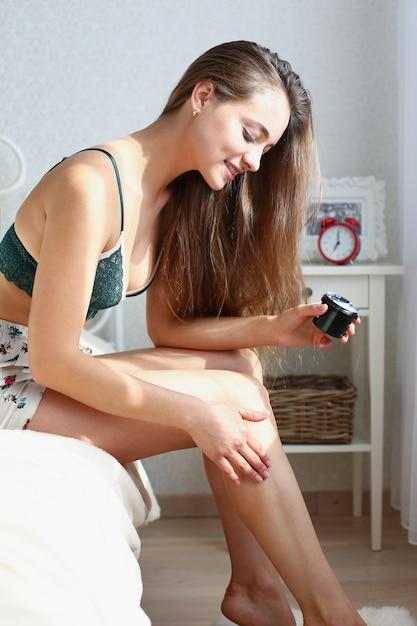 若い美しい金髪の女性の肖像画は早く目を覚ます Premium写真