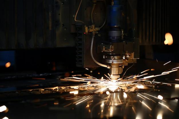 Искры вылетают из головки станка для обработки металла Premium Фотографии