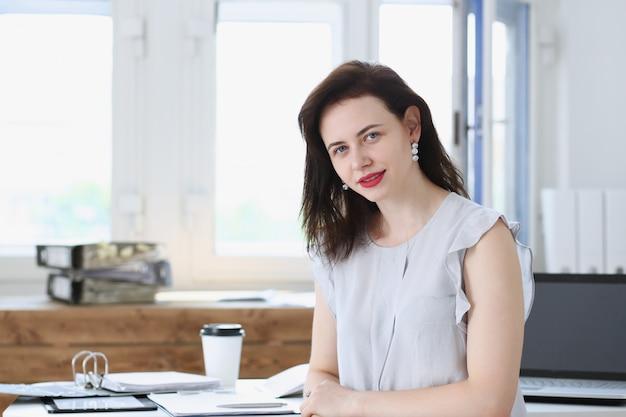 職場で美しい笑顔実業家の肖像画は、カメラで見てください。ワークスペース交換市場でのホワイトカラー労働者は、公認会計士の内部収益責任者の概念を提供します Premium写真