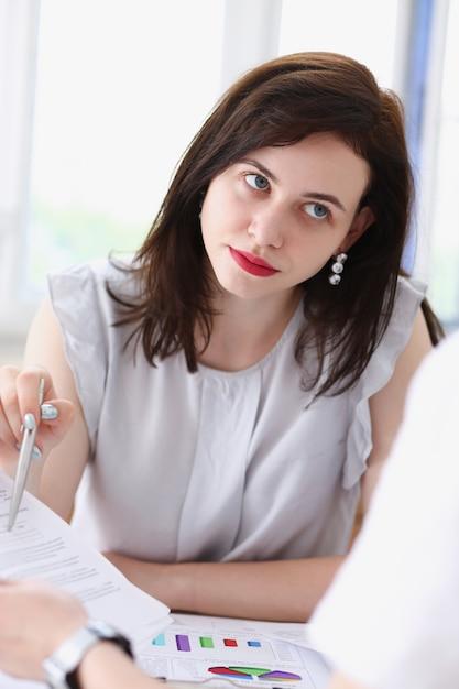 職場を離れて美しい笑顔実業家肖像画を見て Premium写真