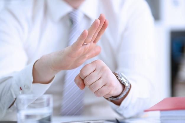 会議中に関節の男性の腕 Premium写真