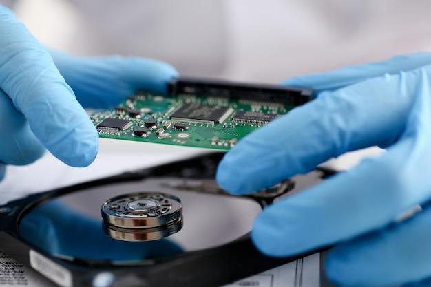 青い手袋をはめた男性の修理工 Premium写真