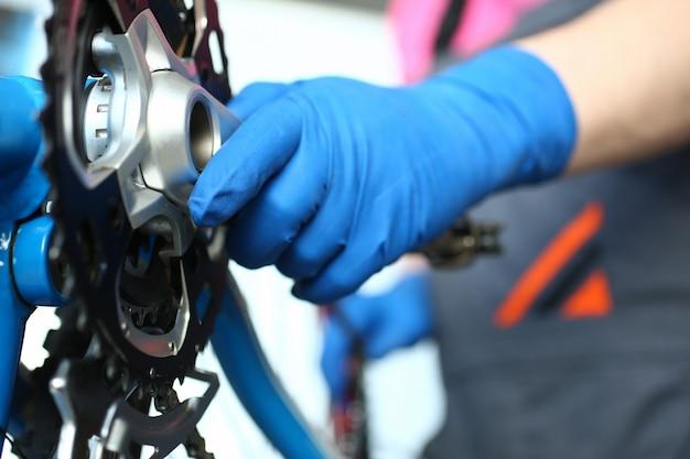 破損したマウンテンバイクとレンチ Premium写真
