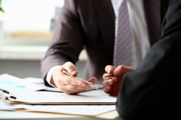 スーツの男性の腕とネクタイの塗りつぶしフォームがクリップされている Premium写真