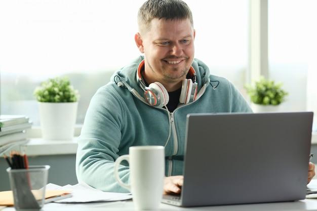 Человек, использующий ноутбук Premium Фотографии