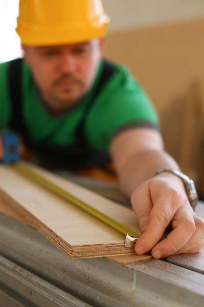 木材を測定する労働者 Premium写真