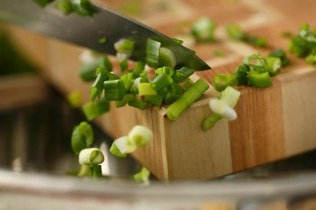まな板の上のナイフ切断野菜 Premium写真