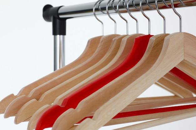 Красные и деревянные вешалки, висящие на металле Premium Фотографии