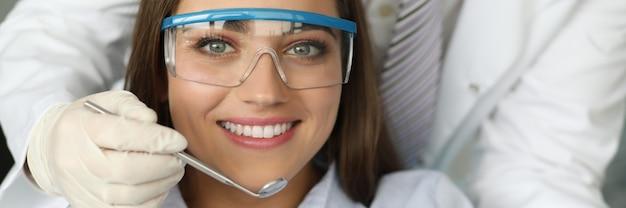 Милая девушка в специальных очках Premium Фотографии