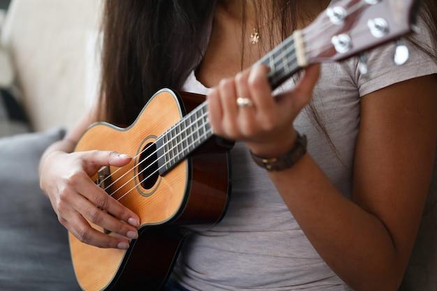 ウクレレを演奏する女性 Premium写真