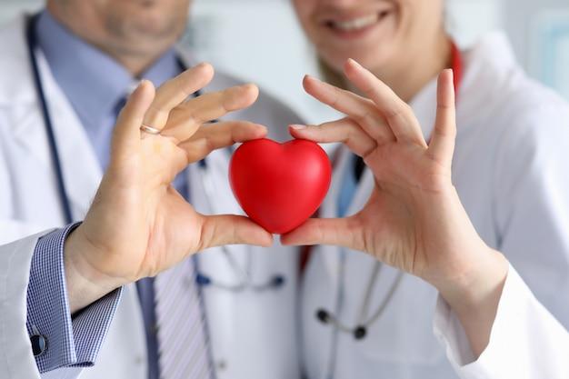白衣の医師は心を保持し、心に焦点を当てます。 Premium写真