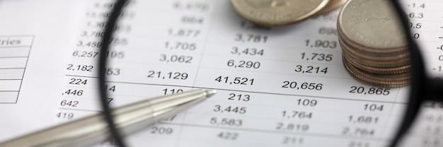 Посмотреть финансовые детали в таблице через увеличительное стекло Premium Фотографии