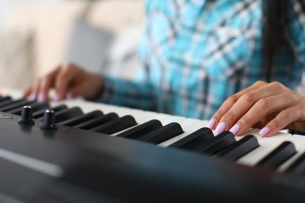 Музыкант пальцами на плоской поверхности клавиш синтезатора Premium Фотографии