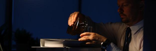 疲れた男性の飲酒アルコール飲料 Premium写真