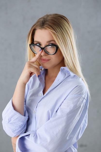 男のシャツでセクシーな女性の肖像画 Premium写真