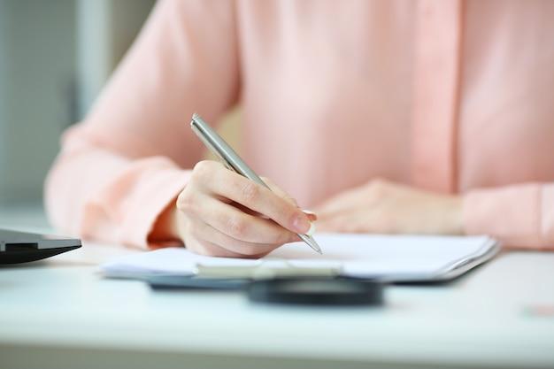 ペンを手に持ったビジネスウーマンと被写界深度イメージの契約書に署名 Premium写真