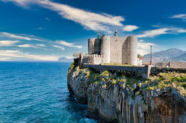 Замок санта-ана в кастро урдиалес, кантабрия, испания Premium Фотографии