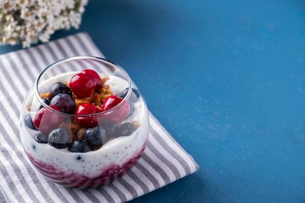 チアプリンベリー。健康的な朝食。 Premium写真