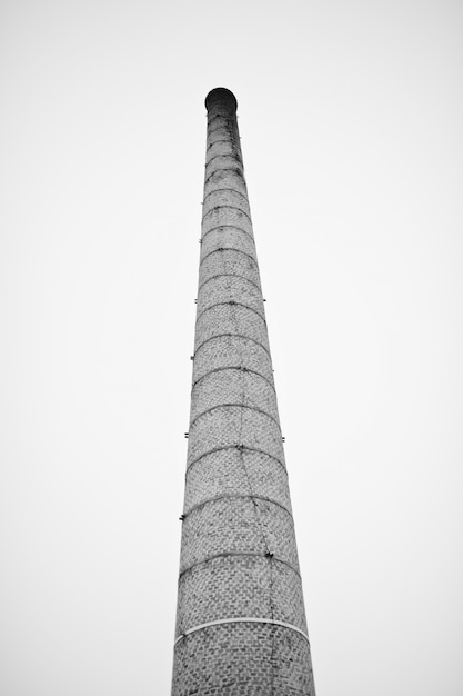 霧の空を背景に煙のない大きなレンガの塔。 Premium写真
