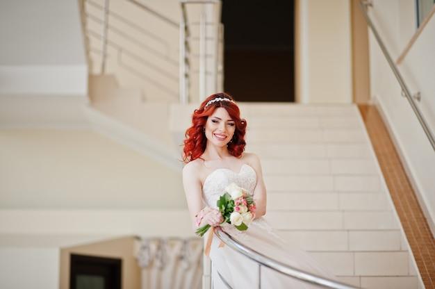 ウェディングブーケと魅力的な赤髪の花嫁 Premium写真
